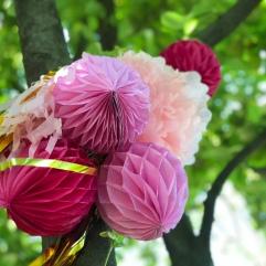 pompom déco papier rose flashy or fête ambiance extérieur mariage anniversaire événements grand jour