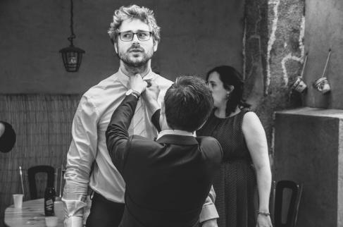 ajustment costume, le marié se prépare - love and do mariage