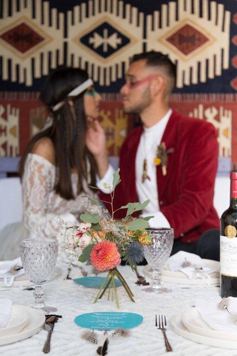 centre de table simple, tipi, bouquet tipi, backdrop tapis , couleurs - love and do mariage