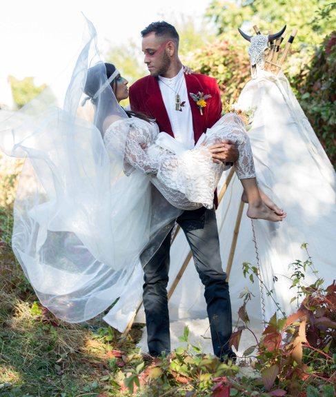 porté, homme qui porte sa promise, robe, voile de mariée, boutonnière indiens d'amérique - love and do mariage