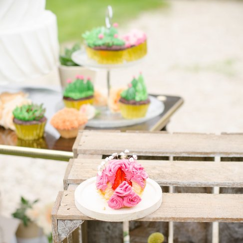 sweet table, candy bar cup cake cactus - love and do mariage